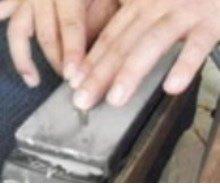 ダイヤモンド砥石で研いでいるところ